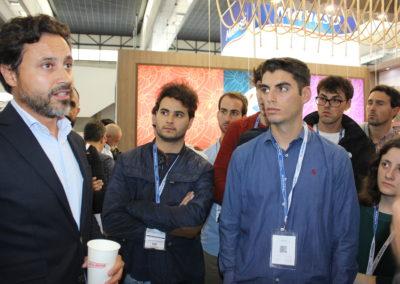 Juan García-Bobadilla, Director Corporativo de Desarrollo de Negocios del Grupo NUEVA PESCANOVA, alumno de MASCOMEX en la promoción 2001-2002, saludando a los alumnos de la nueva promoción