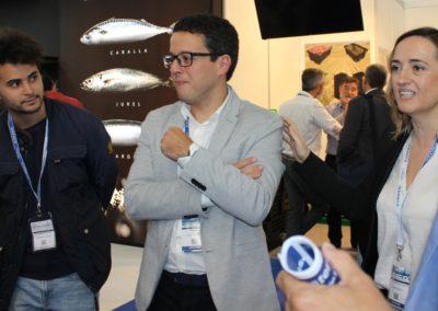 Pablo Rey, Export Area Manager y alumno de MASCOMEX de la promoción 2016-2017 y Concepción Blanco, Directora de Exportación e Importación de PESCADOS RUBÉN hablando con los alumnos de la promoción 2019-2020 en su stand en la feria