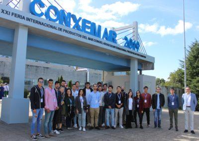 Los alumnos de la promoción 2019-2020 a su salida de la feria junto con el director de MASCOMEX, Miguel Otero