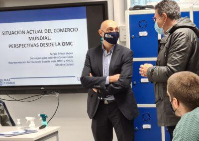Sergio Prieto conversando con Miguel Otero, Director de MASCOMEX, antes de iniciar su seminario
