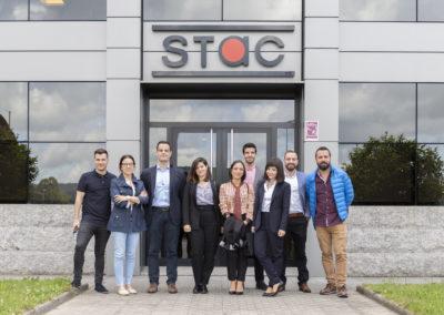 Los alumnos de MASCOMEX que realizaron la 2ª fase del proceso de selección de STAC junto a su Director General, Juan Carlos Fernández; su Directora Financiera y de Administración, Mª Dolores Seco, y su Técnico de Recursos Humanos, Pedro López, en las instalaciones de STAC