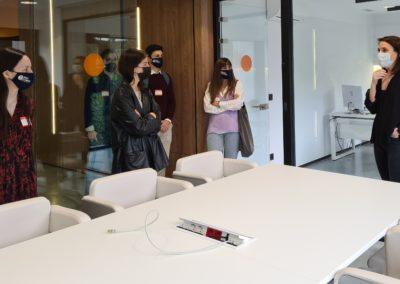 Ana Armada, Directora de Gestión y de Personas, durante la visita a las instalaciones de Bahía Software, explicado las modelo de negocio de esta empresa y las actividades que realizan cada uno de los departamentos de la empresa