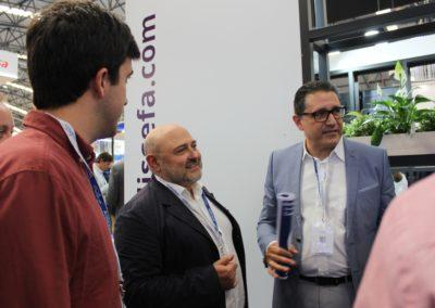Fco. Javier Balbín Botello, Director de Comercio Exterior Territorial y profesor de medios de pago internacionales de MASCOMEX, saludando a los nuevos alumnos del master