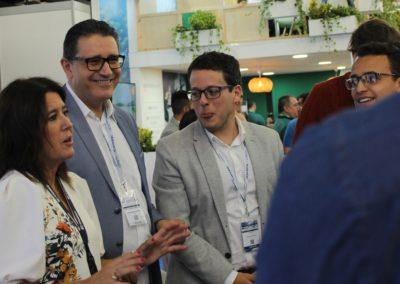 Eva Ortíz, Gerente de EIMSKIP España y profesora de logística y transporte internacional de MASCOMEX, dando explicaciones a los alumnos de la promoción 2019-2020 durante la feria
