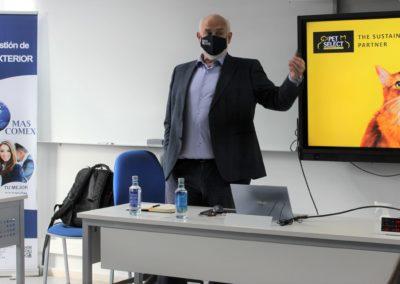 D. Luis R. Martínez, Director General de PET SELECT, durante su exposición a los alumnos de MASCOMEX