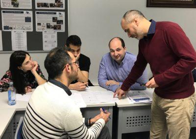 El profesor del curso Xavier Cros debatiendo con algunos de los alumnos de este programa formativo