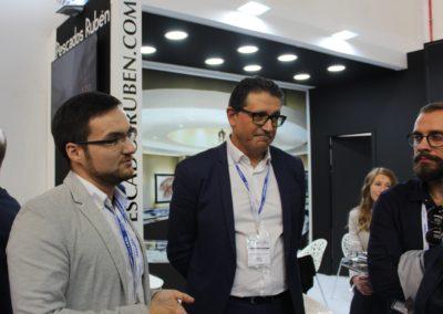 Jesús Pereira de la promoción 2016-2017 durante sus explicaciones a los alumnos en el stand de la empresa PESCADOS RUBÉN.