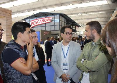 Pablo Rey de la promoción 2016-2017 durante sus explicaciones a los alumnos en el stand de la empresa PESCADOS RUBÉN.