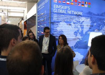 Eva Ortiz, Gerente de EIMSKIP España y profesora de MASCOMEX de logística y transporte internacional, durante las explicaciones a los alumnos de la promoción 2018-2019 durante la feria