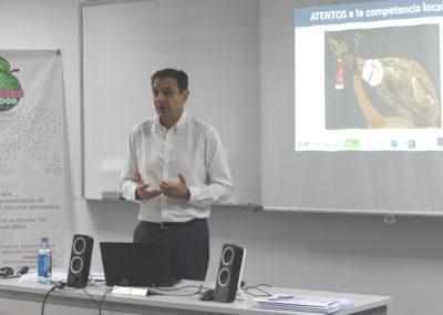 El profesor Julio López en uno de los seminarios del curso