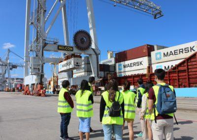 Los alumnos de MASCOMEX junto a Antonio Seoane, Profesor de MASCOMEX y Jefe de Operaciones de TERMAVI, viendo las operaciones de carga y descarga de contenedores de un barco