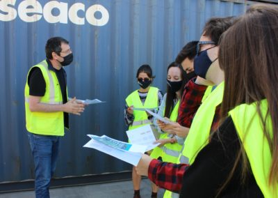 Antonio Seoane, Profesor de MASCOMEX y Jefe de Operaciones de TERMAVI, explicándoles a los alumnos de MASCOMEX las partes de un contenedor