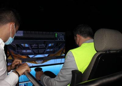 Miguel Otero, Director de MASCOMEX, acompañado de Antonio Álvarez del Departamento de I+D de TERMAVI, utilizando el simulador de gruista