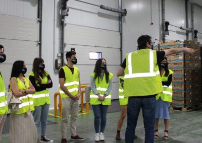 Antonio Seoane, Jefe de Operaciones de TERMAVI, junto con los alumnos de MASCOMEX en el almacén de frutas DART VIGO
