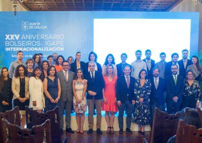 Foto de familia de los becarios de internacionalización del IGAPE que han recibido una acreditación durante el acto del 25 aniversario del IGAPE